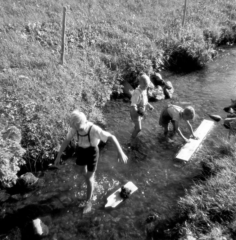 Spielende Buben im Bachbett, 1949