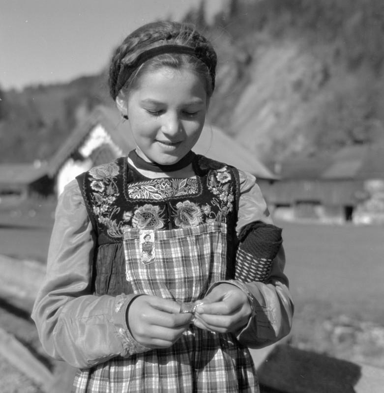 Mädchen in Tracht, 1941