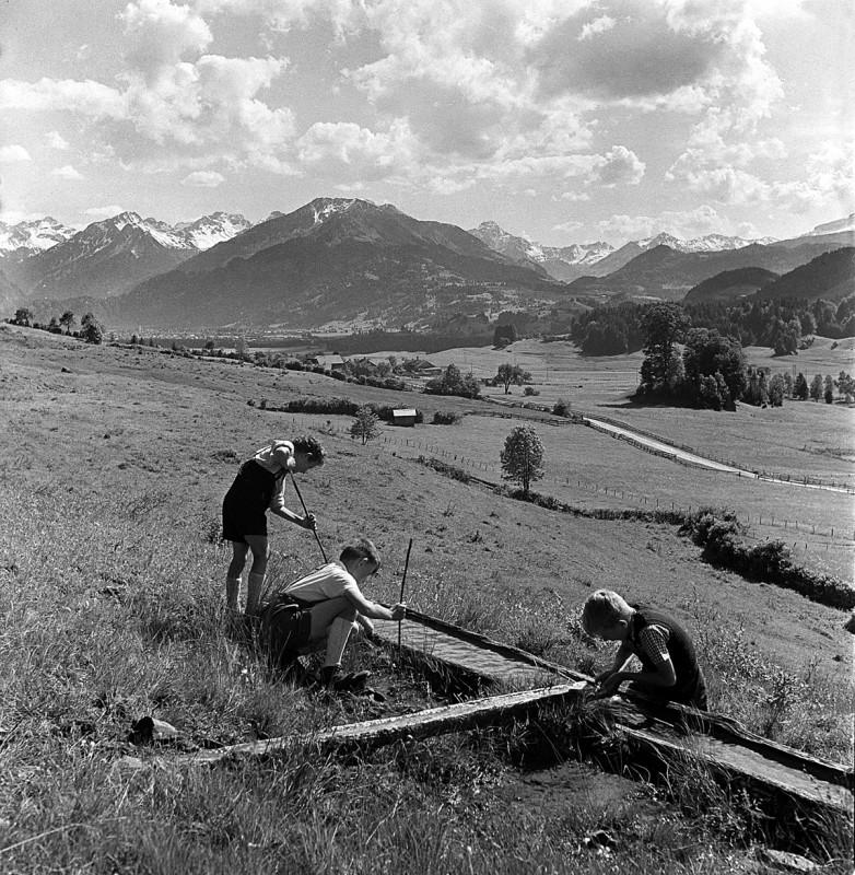 Spielende Buben, 1949