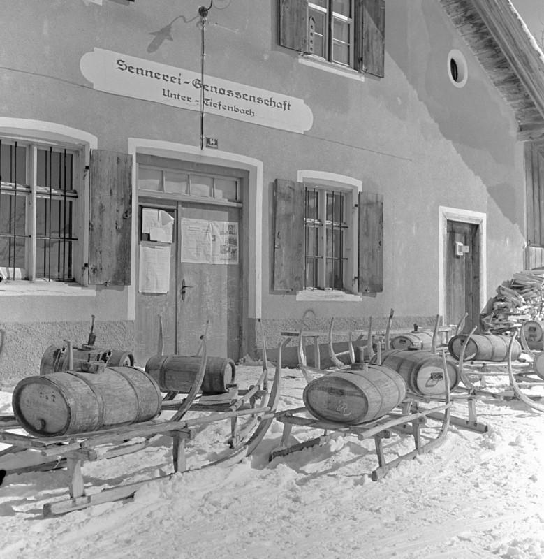Sennküche mit Molkefässle im Winter, 1939