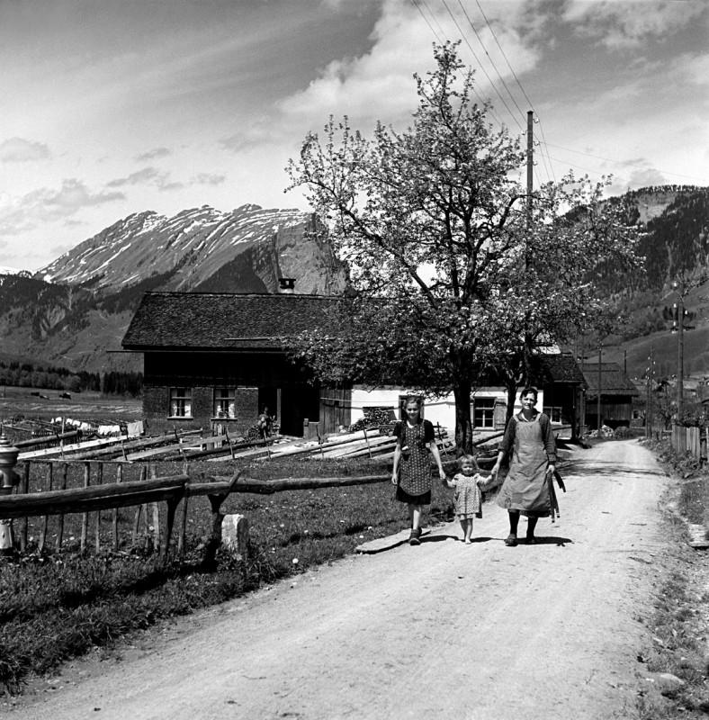 Mutter mit Kindern im Bregenzerwald