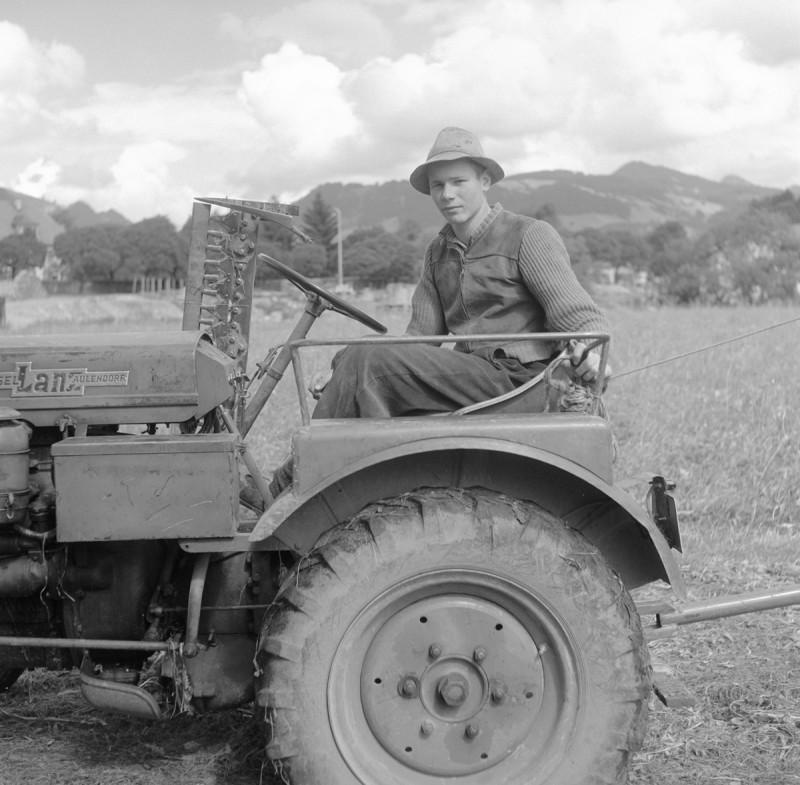 Traktor mit jungem Bauern, 1956