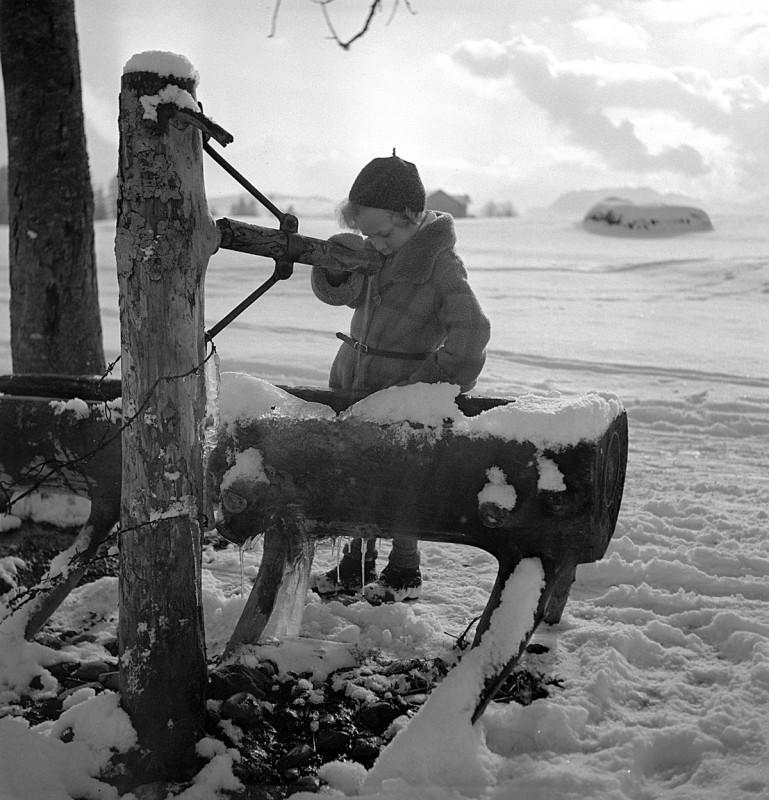 Kleines Kind am Brunnen, 1932