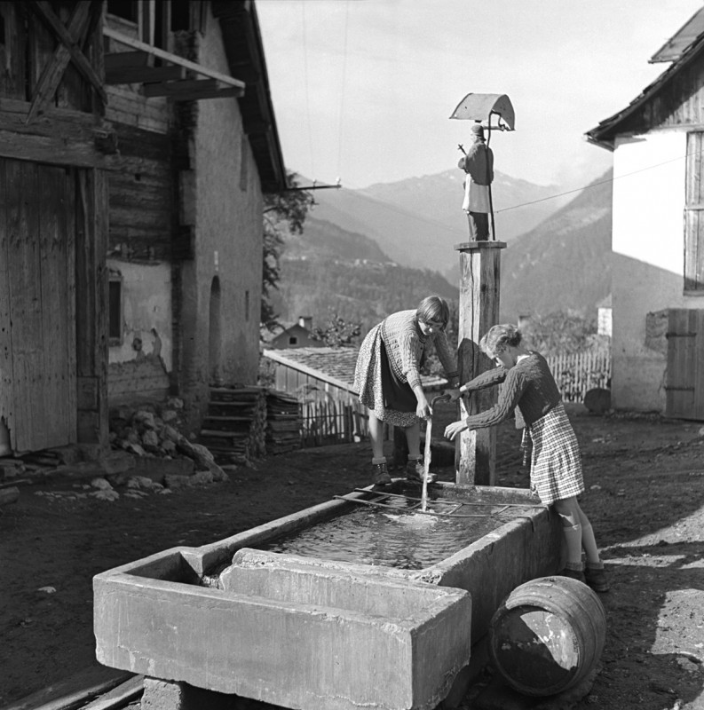 Spielende Kinder am Brunnen, 1939