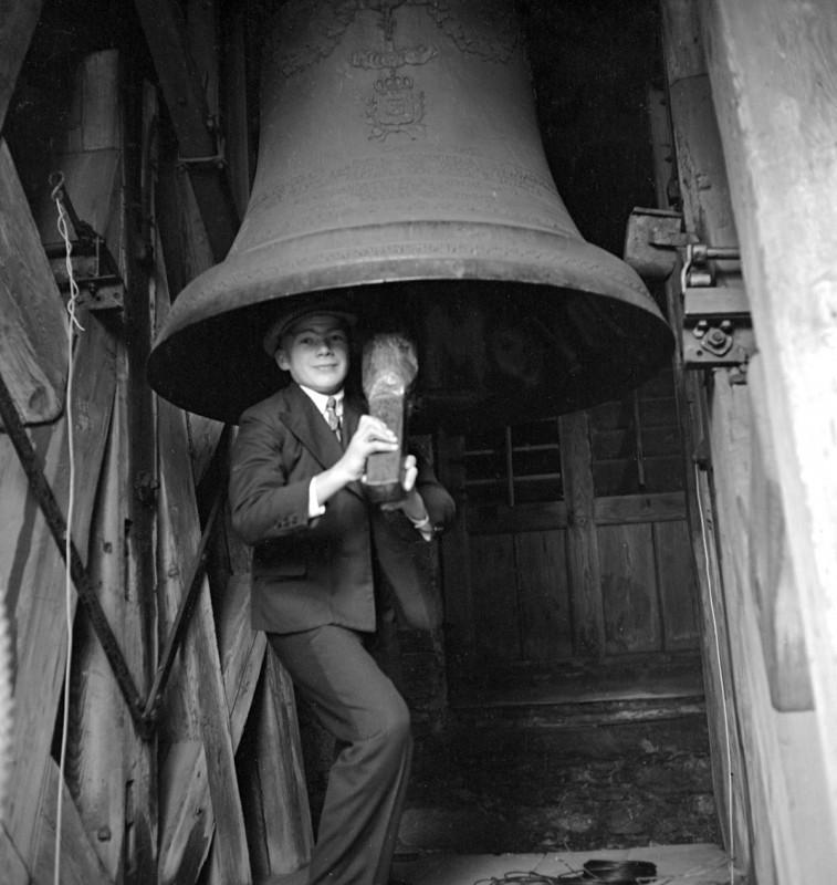 Junge mit Glocke, 1937