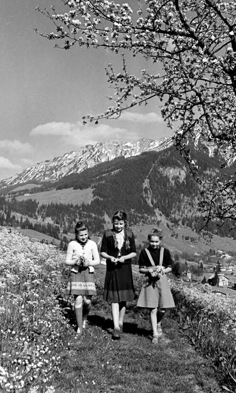 Die drei Blumenkinder in Vorderhindelang, 1949