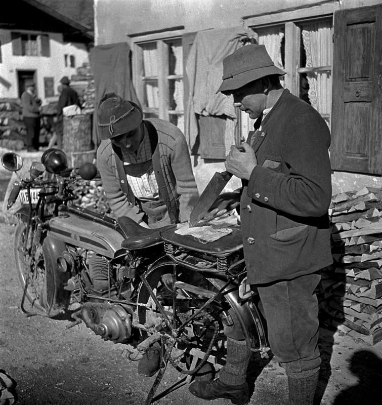 Zwei Mächler mit ihren Motorrädern, 1932