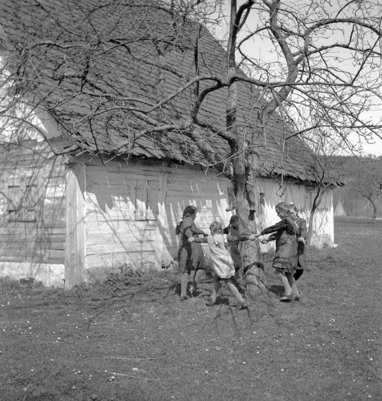 Ringelreihen vor dem Bauernhaus, 1933