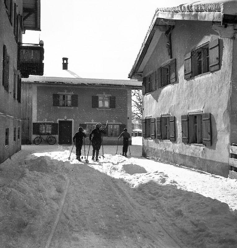 Skifahren auf der Straße, 1934