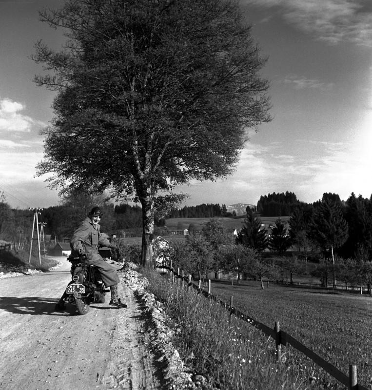 Motorradfahrer unterm Baum, 1932